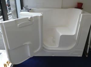 Ausili bagno: vasca a sportello